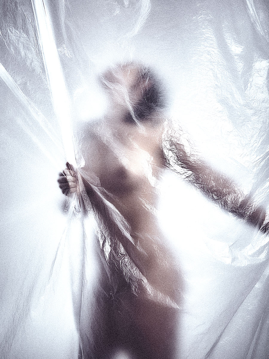 Nackte Frau hinter Folie
